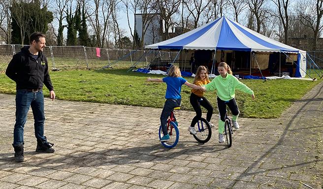Circus Miloco en Gymsport Leiden samen naar buiten